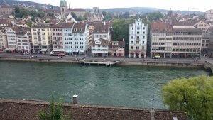De Limmat (een rivier door Zürich heen).