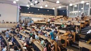 Een volle lecturezaal.